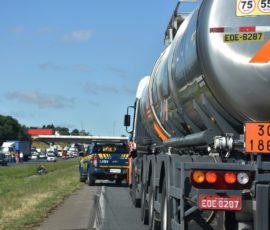 O que um motorista que transporta carga perigosa precisa saber?